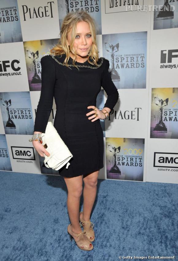 Fidèle adepte de la griffe, Mary Kate Olsen la porte ici en petite touche, grâce à sa pochette.