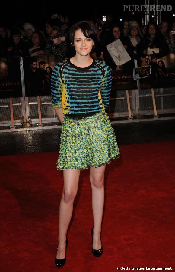 En vrai caméléon, Kristen Stewart passe d'un style à l'autre et opte pour un ensemble coloré et funky.