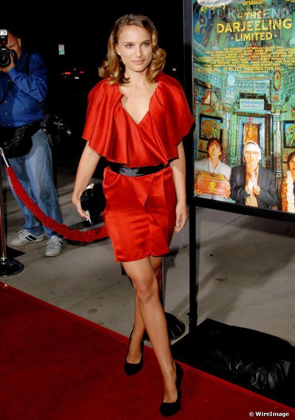 Une robe rouge pour réchauffer son teint, une ceinture pour structurer sa ligne, Natalie rayonne.