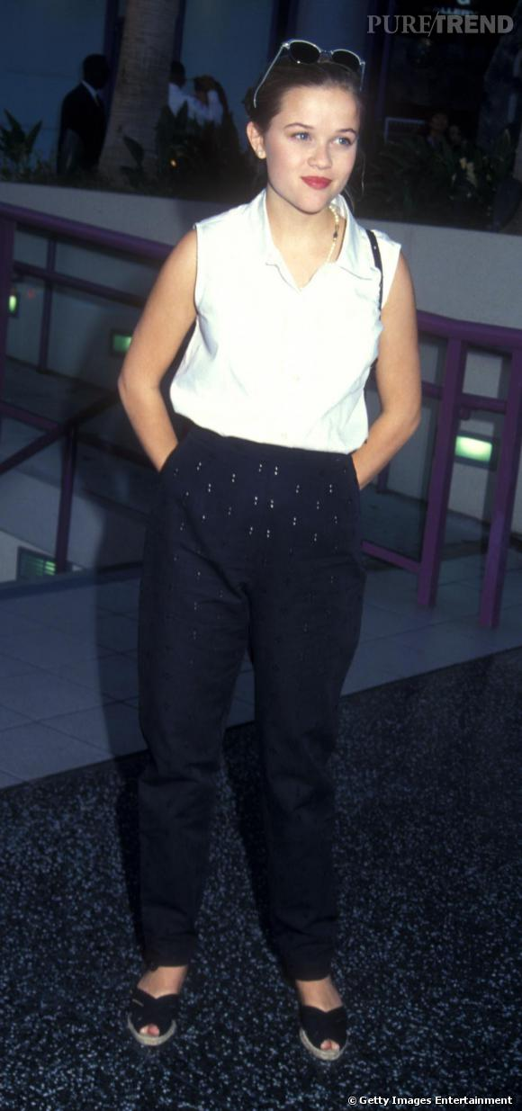 En 1991, Reese n'est pas une mordue de mode. Pantalon carotte, chemisier blanc, lunettes sur la tête, elle est adepte des tenues confortables, sans accessoires clinquants.