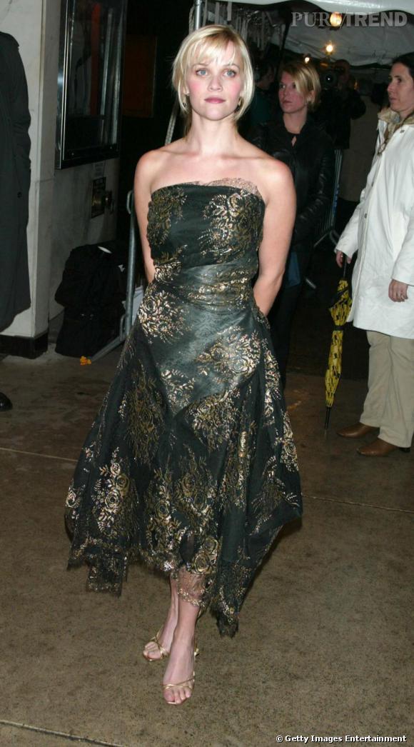 Enfin, la comédienne ose la robe bustier qui sublime si bien les mini gabarits. Problème : la couleur et la forme. La première est très terne et la seconde trop loose, noie la silhouette de Reese.