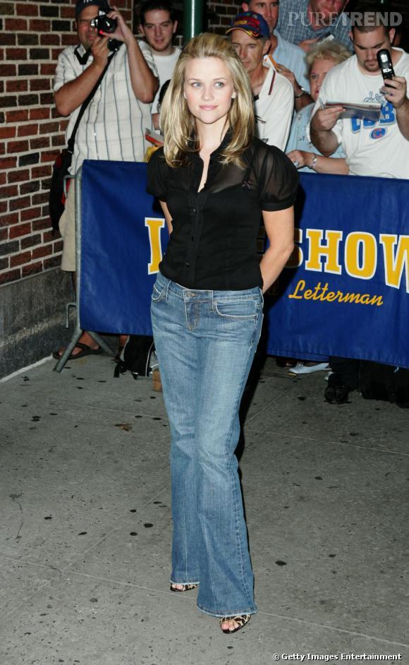 Crinière lissée + top transparent + pantalon taille basse : Reese est en passe de devenir une femme glamour.