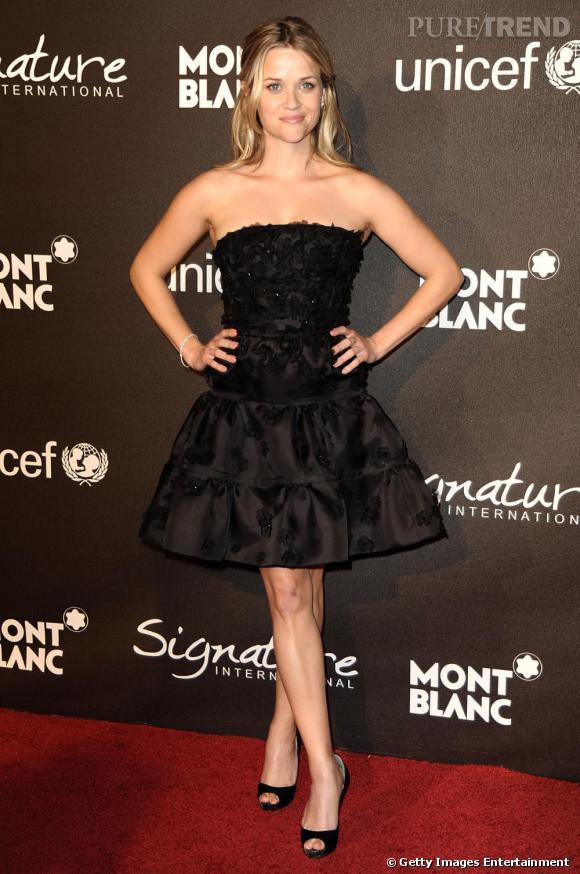 Reese est une vraie adepte des robes bustier. Tant mieux, la forme sublime son mini gabarit et met en valeur son charme indéniable.