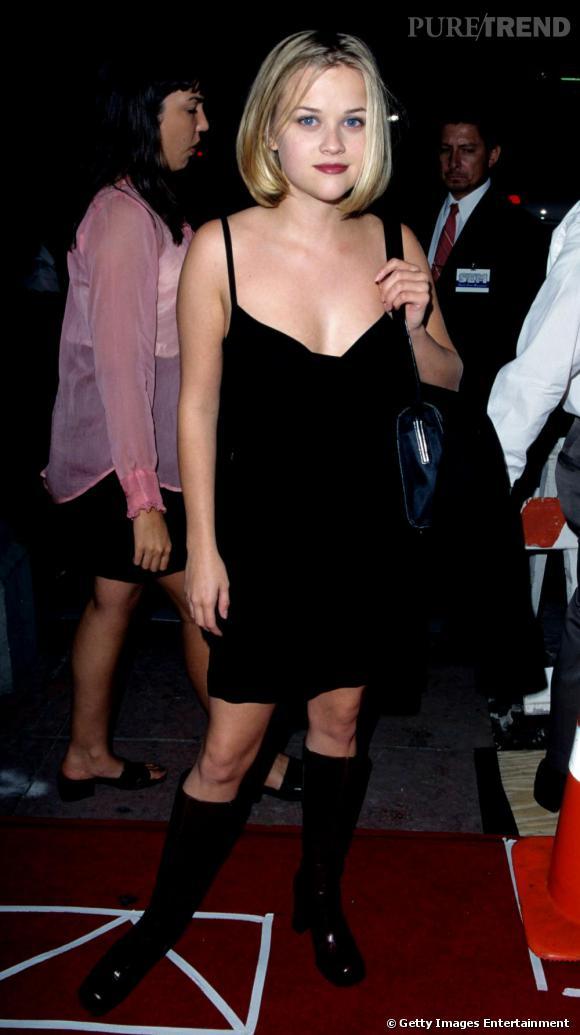 A cette époque, lorsqu'elle se lâche, l'actrice fait la totale. Bouche rouge, décolleté, mini longueur et même bottes noires. Un peu trop non ?