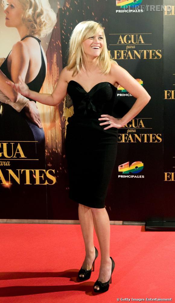 """Reese Witherspoon à la première espagnole du film """"De l'eau pour les éléphant"""". Robe noire ajustée, escarpins de 12, elle est sublime."""