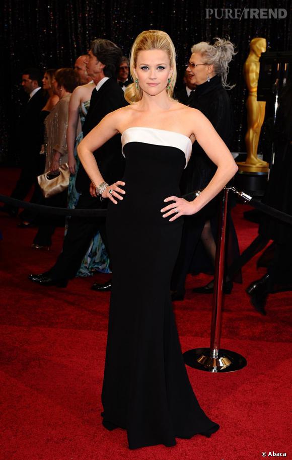 Sur le red carpet des Oscars 2011, Reese Witherspoon mixe glamour et chic en robe Armani Prive.