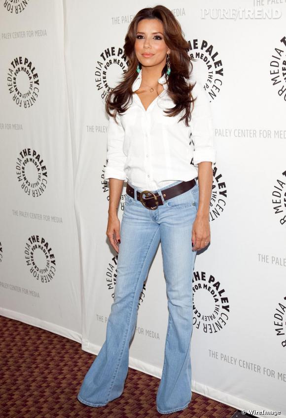 Si la Desperate Housewife est adepte des robes bustier, elle adore aussi les jeans patt d'eph'. Ils galbent sa ligne et choisis très longs, lui permettent de se percher sur des talons ni vu ni connu !