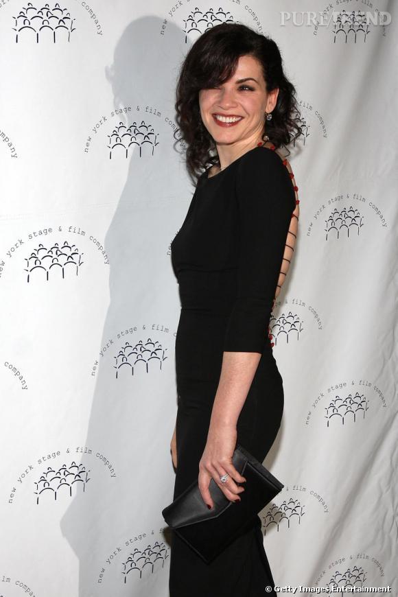 Julianna Margulies présente son magnifique dos-nu lacé aux photographes, lors du gala annuel de la scène et du film à New-York.