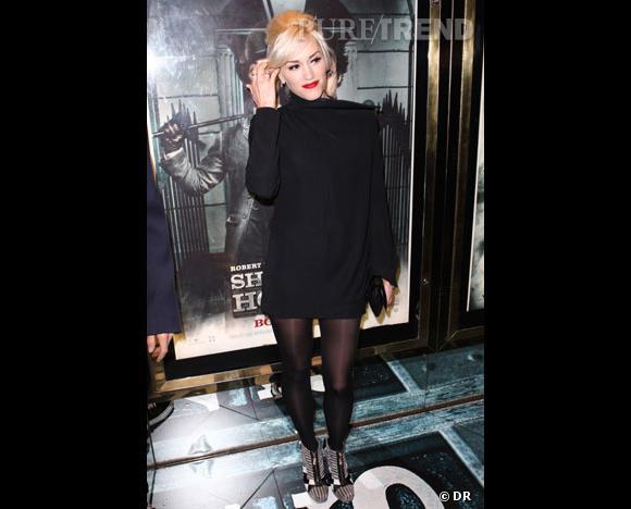 Gwen Stefani  La chanteuse joue la carte de la sobriété avec une robe à col roulé et manches longues, mais ultra courte ! La bonne idée ? Faire dans la sobriété, tout en dévoilant ses jolies gambettes.