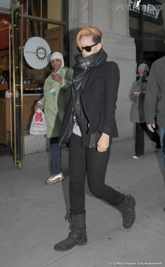 Les biker sont certainement les chaussures les plus portées de l'hiver dernier. Sur une jupe ou un pantalon, elles s'adaptent à tous les looks et les stars en raffolent. De Rihanna avec sa paire de Jimmy Choo jusqu'à Ashley Tisdale, elles ont évincé en l'espace d'une saison les ballerines qui constituaient à un bon mix entre confort et féminité et Kate Moss n'a rien pu y changer.