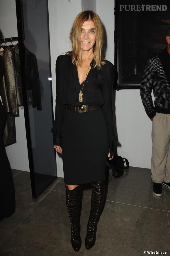 Les cuissardes font partie du Top 3 des tendances chaussures de la saison et la rédactrice en chef du Vogue Paris le sait bien. Dès le mois de septembre, Carine Roitfeld,  notre prêtresse de la mode nationale, arborait cette paire de cuissardes Louboutin, devenue aujourd'hui le modèle phare de la saison.