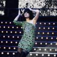 Toujours aussi fun et audacieuse, Lily Allen tente la robe Ashish imprimé léopard rose sur scène. La bonne idée ? Les cuissardes pour le total look 80's.