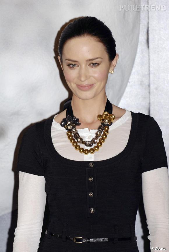 Le collier BCBG + le decolleté ferme + l'ensemble bicolore : Emily ne connait pas le sens du mot glamour.
