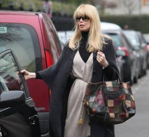 Claudia Schiffer, un look douillet et girly à shopper !