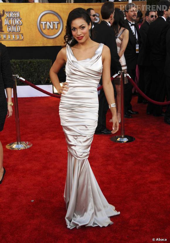 Toujours très sobre hors des tapis rouges, Rosario Dawson se lâche sur red carpet comme ici en robe fourreau satinée. Divin.
