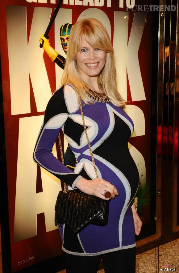 Claudia Schiffer ose la robe moulante et imprimé. Osé lorsque l'on est enceinte.