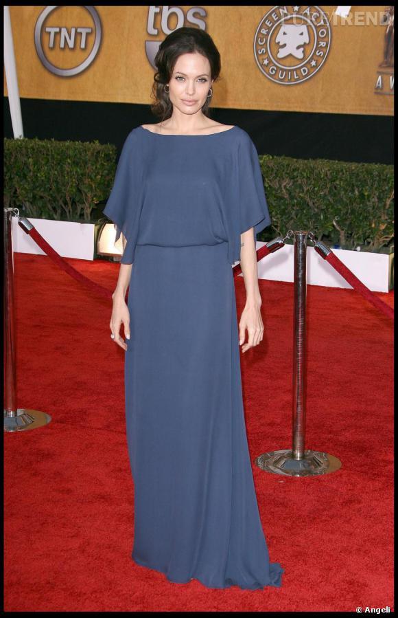 Autrement, Angelina cultive une allure très vestale, adepte des longues robes de diva.