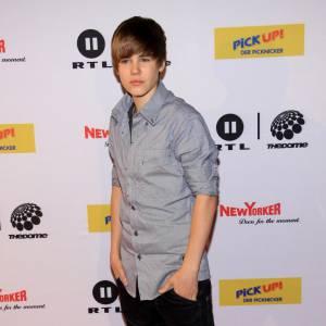 La touche perso de Justin ? Les grosses baskets flashy.