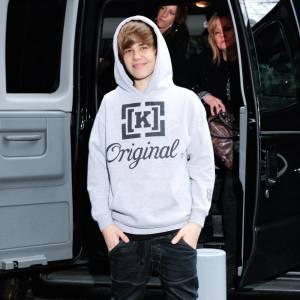 Sweat à capuche, jean et baskets, Justin connait ses basiques