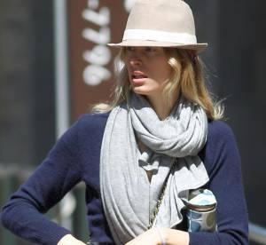 Karolina Kurkova adopte le look dandy, mais reste toujours aussi sexy ! A shopper