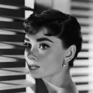 Visage mutin et chignon, le duo gagnant d'Audrey Hepburn
