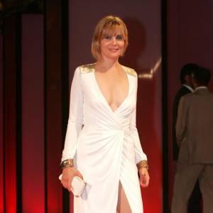 Décolleté renversant + fendu osé : Emmanuelle joue les vestales sexy.