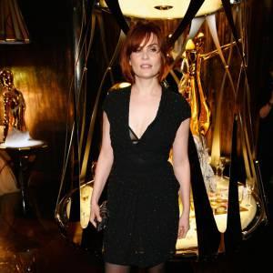 Devenue rouquine, la jolie Emmanuelle enflamme la boutique Roberto Cavalli à Paris. Le détail fort : le soutien-gorge apparent.