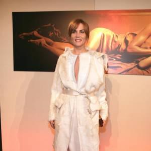 Une tenue à priori pudique mais subtilement sensuelle dotée d'un décolleté généreux.