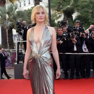 La chanteuse à ses heures ose la robe lamée hollywoodienne.