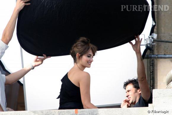 Penelope Cruz au balcon du Crillon pour le shooting du parfum Trésor de Lancôme