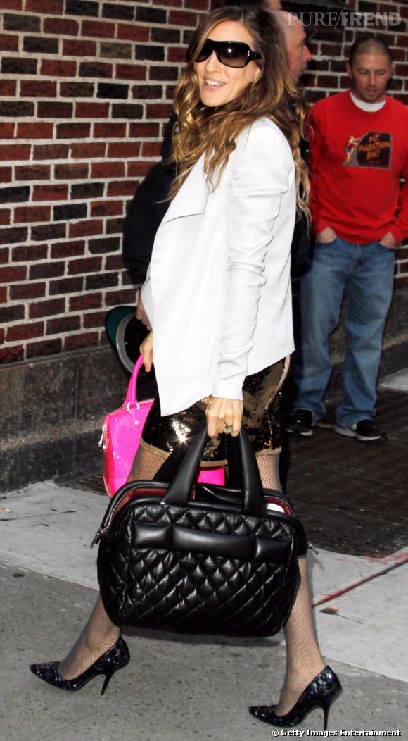 Sarah Jessica Parker mise sur le modèle noir version cabas. Bienvenu avec une robe glitter or.