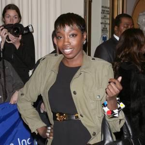 La chanteuse Estelle a succombé pour le même modèle que Lily Allen. Avec un look aussi citadin, il apporte sa touche sportswear avec style.