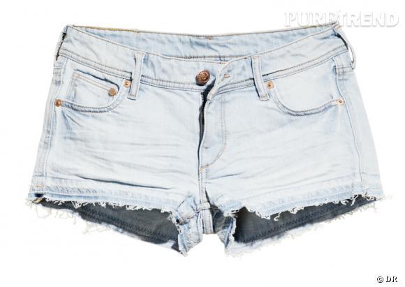 Un mini short rock       Une festivalière, une vraie, apporte son mini short en jean un peu déchiré, à la fois sexy, rock et confortable.    Prix :  19.95€