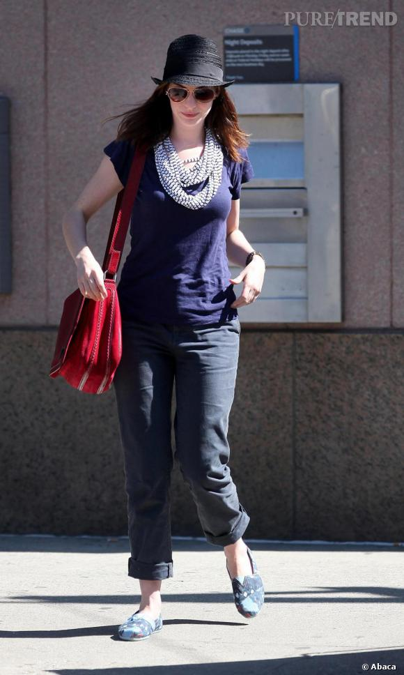 Anne Hathaway revisite le style marin avec style à New York.