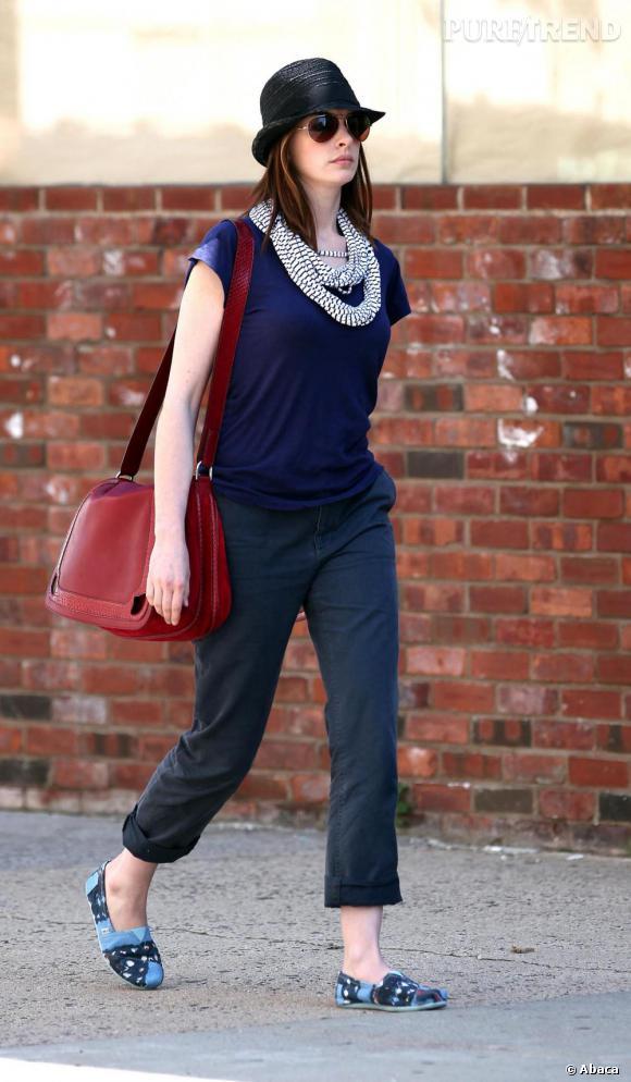 Dans les rues de New York aussi la jolie Anne Hathaway démontre son sens du style. L'actrice mixe avec succès des it de saison comme le chapeau de paille et des pièces originales comme ses espadrilles new generation.