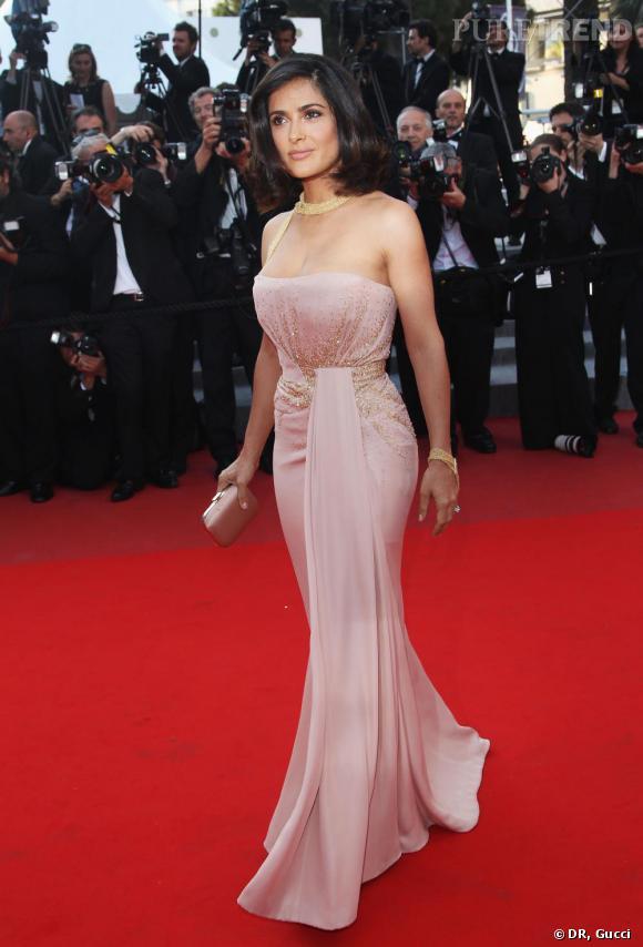Salma Hayek porte une robe bustier Gucci Première, en crèpe de soie rose  drapée et rebrodée de perles dorées, lors de la Cérémonie de clôture du  63ème