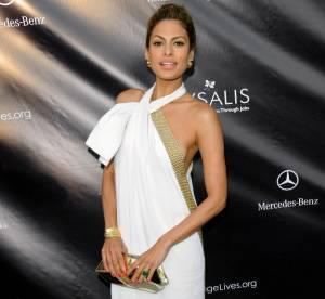 Eva Mendès se drape d'élégance mais se dévoile discrètement