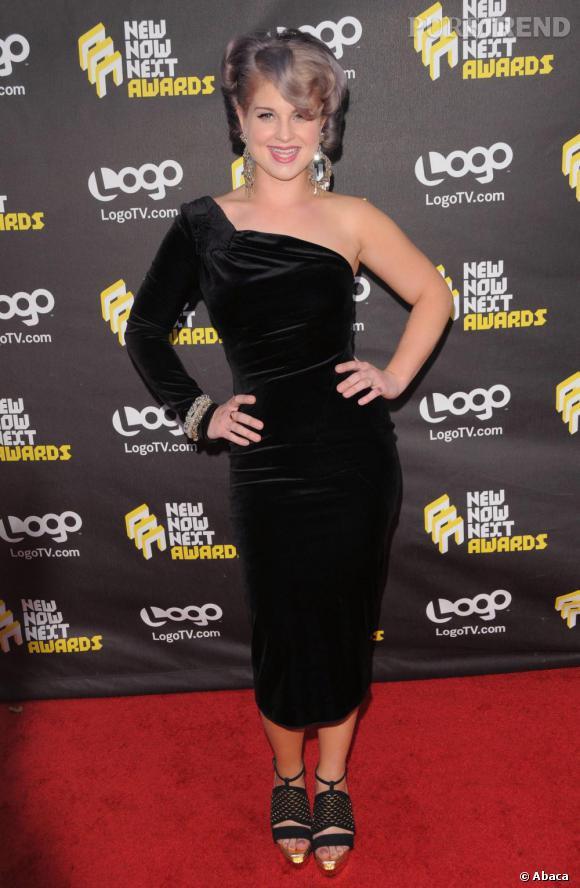 Kelly Osbourne en robe noire asymétrique