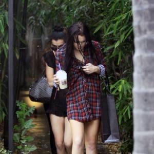 Pour une fille qui fait autant de shopping Lindsay Lohan se contente de peu, des sandales à talons et une chemise et la voilà partie