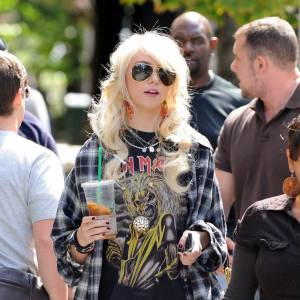 Trash girl par excellence Taylor Momsen ose la jupe à peine plus longue que le tshirt