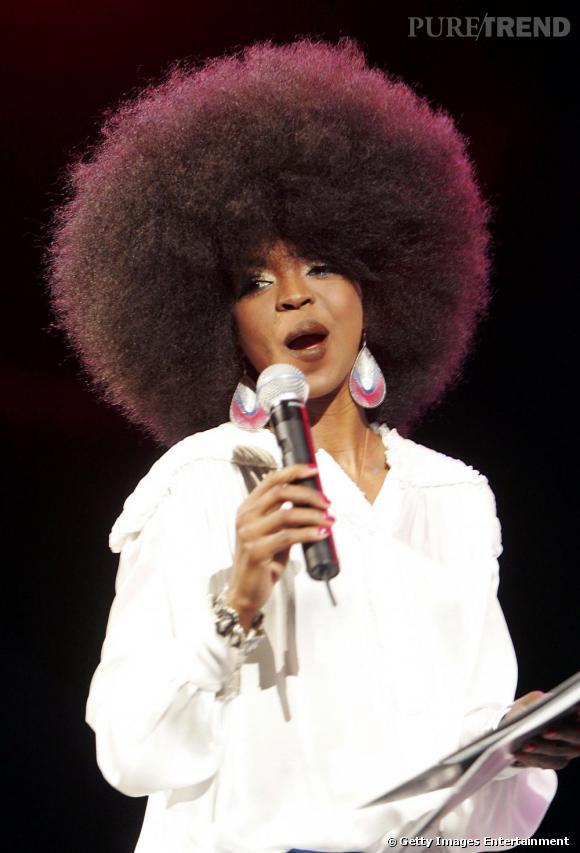 """2005 : La chanteuse de soul Lauryn Hill tente avec audace l'afro insolemment gonflée et parfaitement taillée. Une coiffure """"perruque"""" qui n'est pas à la portée de tout le monde !"""