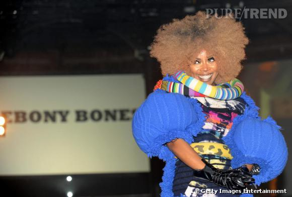 Unique en son genre, la chanteuse Ebony Bones mixe couleurs flashy, imprimés kitsch et coiffure détonnante. Conclusion : l'afro pour les crinières plus claires fait également son effet dans un genre plus casual ici.