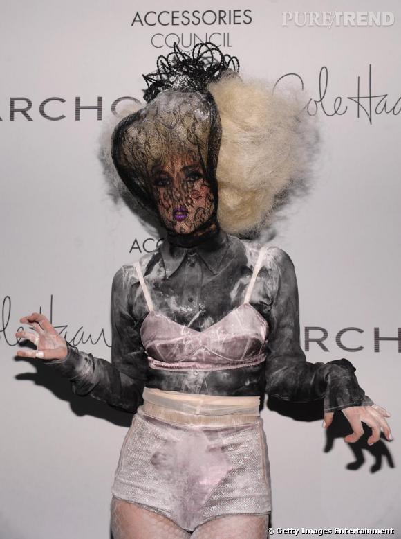 Et comme une tendance n'échappe jamais à la déjantée Lady Gaga, la chevelure crépue pointant vers le ciel a investi ses looks. Version péroxydée.