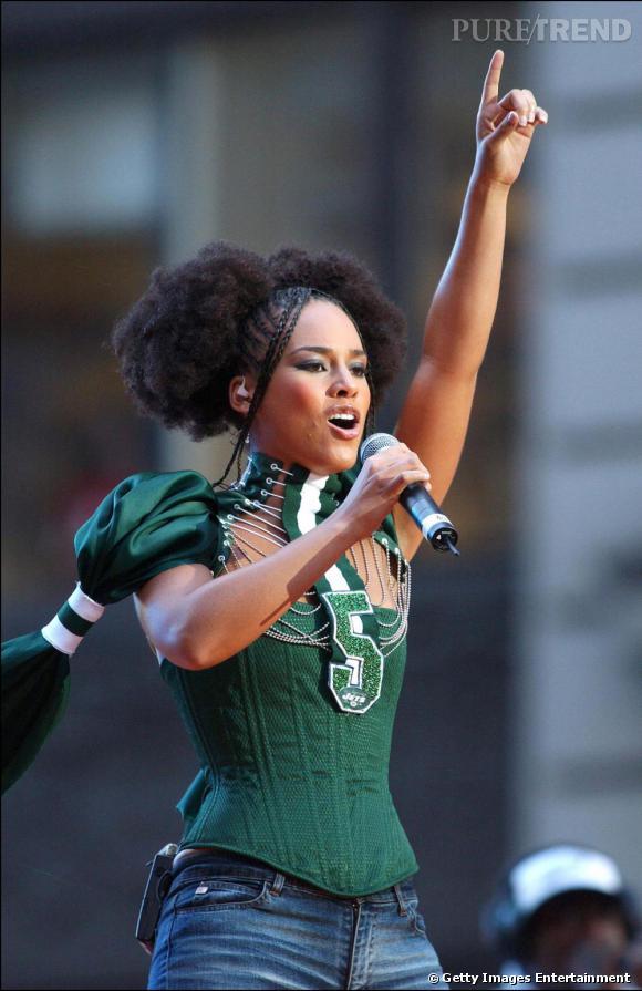 A ses débuts en 2002, Alicia Keys s'affirme dans une créneau mode très R'n b, du body moulant revisité aux couettes afro et tresses africaines.