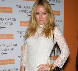 La pétillante blonde de Ugly Betty choisit des Louboutins en toile beige recouvertes de petits anneaux argentés