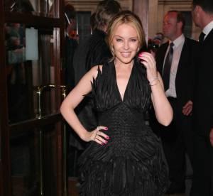 Kylie Minogue, étonnante en robe à plumes