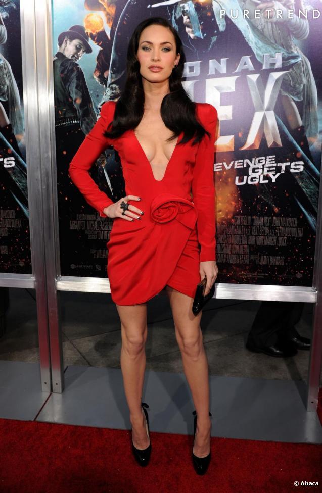 Megan s 39 offre un d collet profond en rouge et noir for Megan fox petite