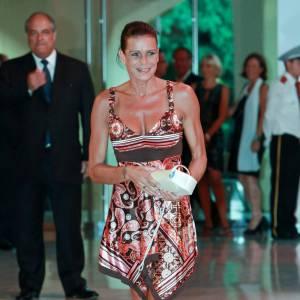 Stéphanie de Monaco mise sur une petite robe imprimée dans les tons chauds afin  de flatter son bronzage.