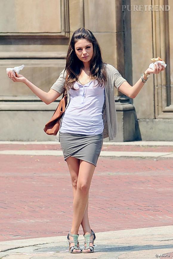 Mila Kunis, un look trendy de working girl.