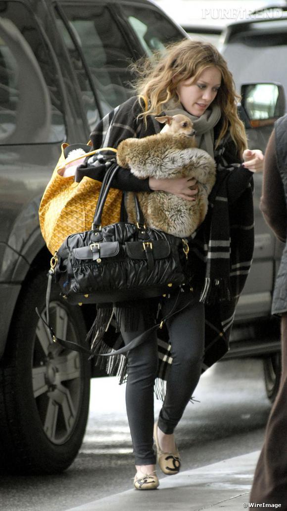 Hilary Duff tente le monogramme aux pieds avec les ballerines Chanel. Espérons qu'il ne pleuve pas.